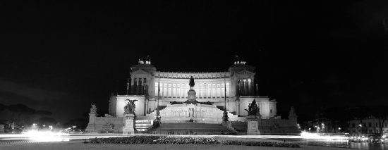 Il Vittoriano at night.