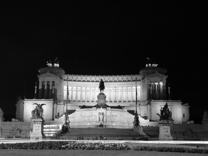 Il Vittoriano at night.