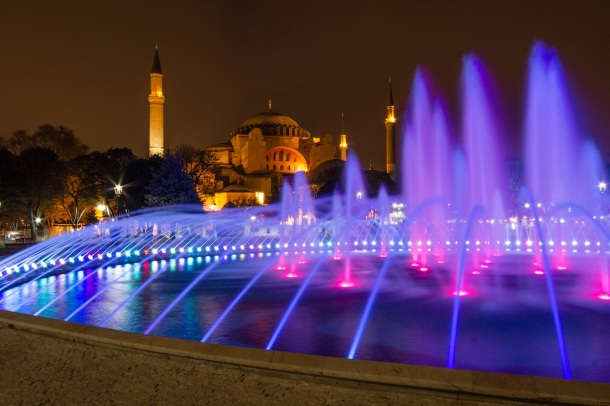 aya sofya at night with fountain