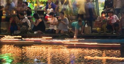 Worshippers Loy Krathong
