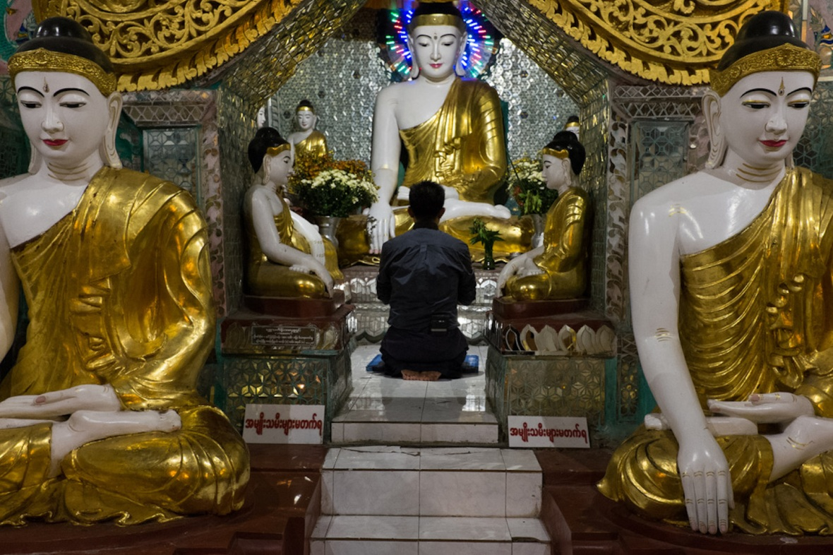 Shwedagon street photography prayer