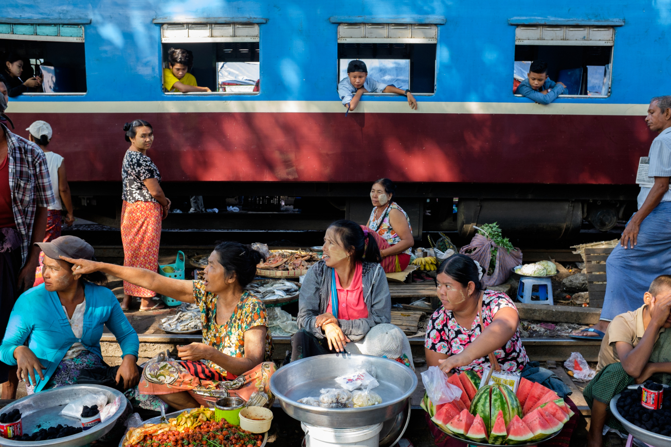 yangon-street-photography Train market